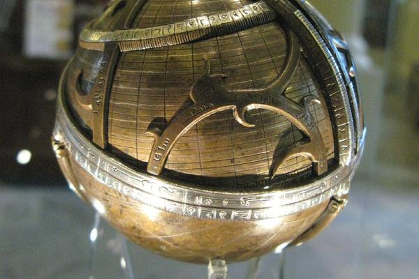 Spherical astrolabe in History of Science Museum, Oxford [CC BY 2.0 (https://creativecommons.org/licenses/by/2.0), Wikimedia]