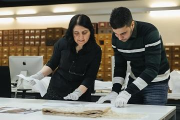 volunteers niran and hussein look at a scarf from damascus owned by niran (c) ian wallman